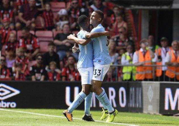 Raheem Sterling (vlevo) z Manchesteru City slaví s Gabrielem Jesusem první branku Citizens proti Bournemouthu.
