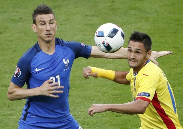 Francouzský stoper Laurent Koscielny (vlevo) a Rumun Florin Andone bojují o míč.