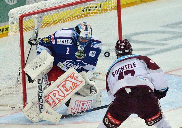Jan Buchtele ze Sparty dává gól v utkání s Brnem.