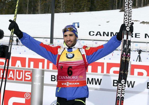 Francouzský biatlonista Martin Fourcade se raduje z vítězství ve sprintu v Canmore.