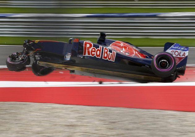Rus Daniil Kvjat havaroval v kvalifikaci na Velkou cenu Rakouska.