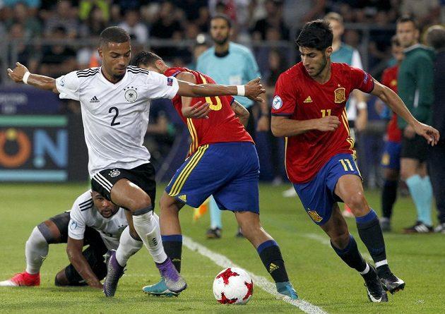 Německý fotbalista Jeremy Toljan (vlevo) v souboji o míč se Španělem Markem Asensiem ve finále EURO hráčů do 21 let.