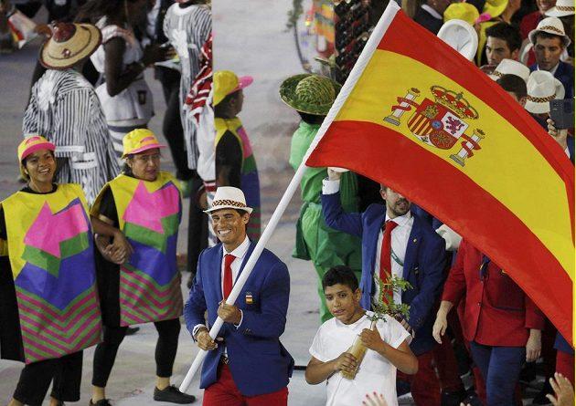 Tenista Rafael Nadal se španělskou vlajkou na stadiónu Maracaná.