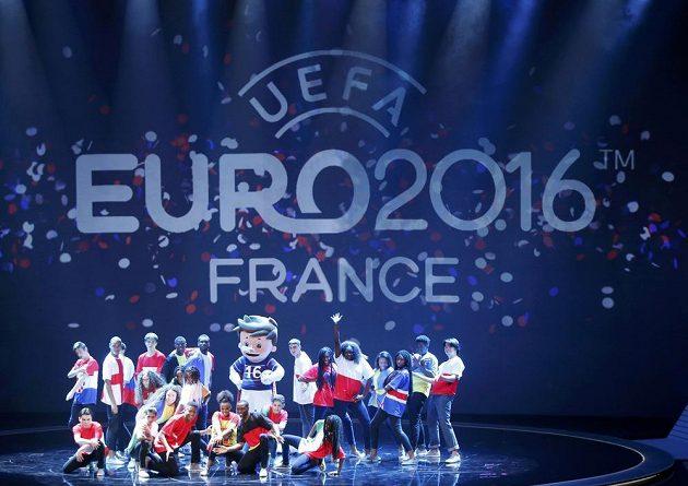 Kulturní vložka během losování fotbalového EURO 2016 v Paříži.