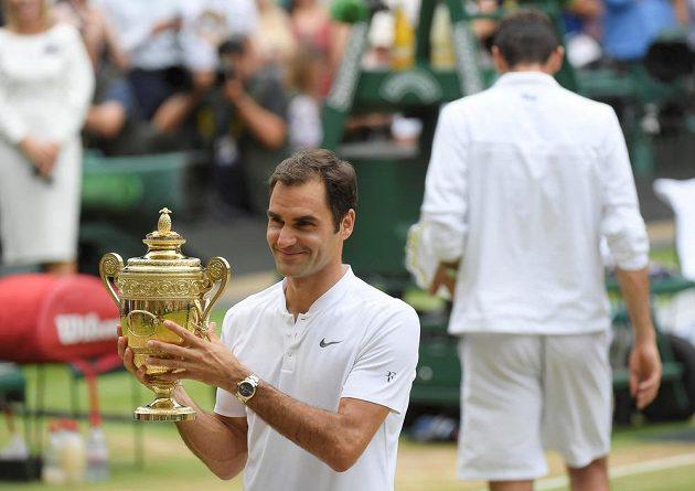 Švýcar Roger Federer pózuje s trofejí po rekordním osmém triumfu ve Wimbledonu.
