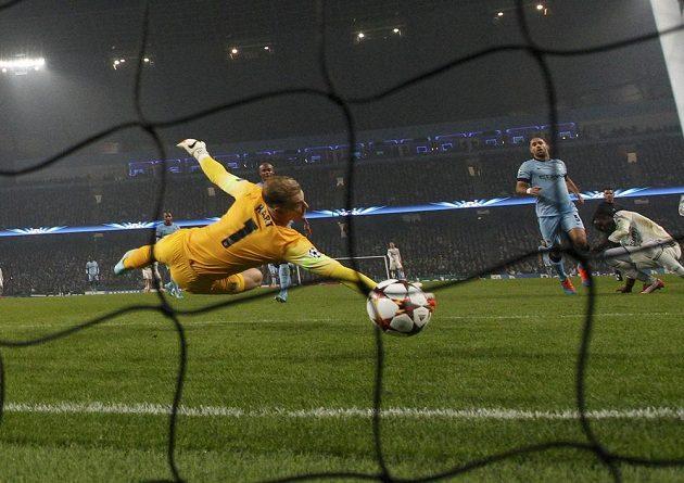 Brankář Manchesteru City Joe Hart inkasuje po střele Seydou Doumbii z CSKA Moskva.