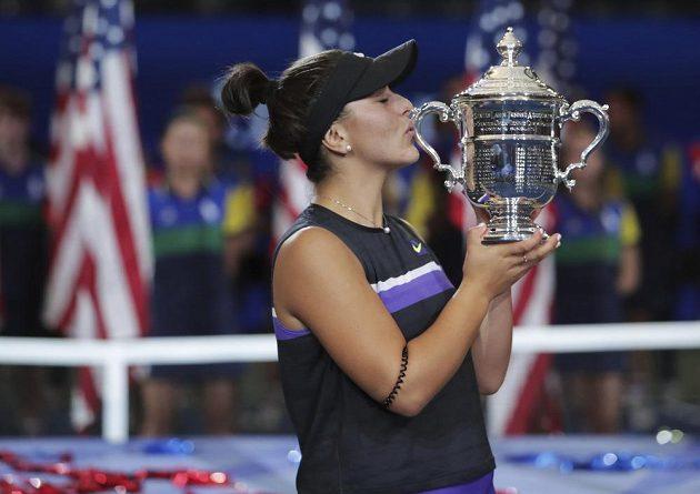 Bianca Andreescuová s pohárem pro vítězku US Open.
