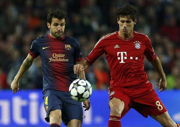 Cesc Fábregas (vlevo) z Barcelony bojuje o míč s krajanem Javim Martínezem ve službách Bayernu Mnichov.
