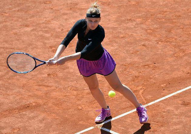 Lucie Šafářová při turnaji Prague Open během utkání s Karolínou Plíškovou.