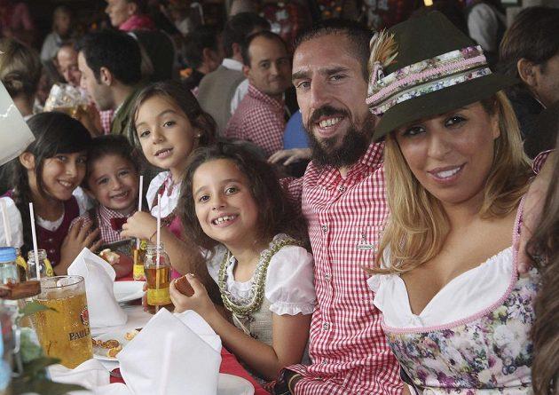 Fotbalista Bayernu Mnichov Franck Ribéry (druhý zprava) s manželkou Wahibou a dětmi na Oktoberfestu.