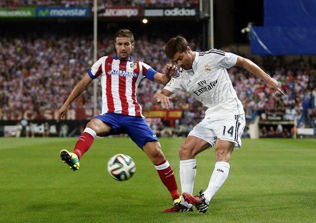 Fotbalista Realu Madrid Xabi Alonso (vpravo) v souboji s Gabim z Atlétika v odvetě španělského Superpoháru.