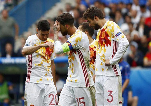 Smutní Španělé Sergio Ramos (druhý zleva) a Gerard Piqué (vpravo).