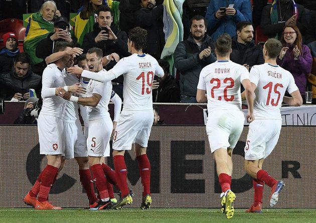 Čeští hráči se radují z gólu.