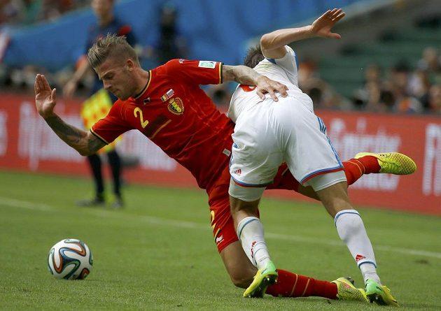 Belgičan Toby Alderweireld (vlevo) bojuje s ruským fotbalistou Maximem Kanunnikovem.