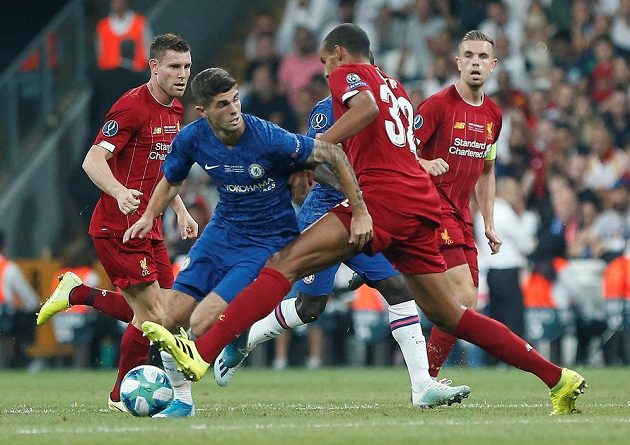 Christian Pulišič z Chelsea v obklíčení hráčů Liverpoolu.