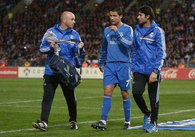 Cristiano Ronaldo (uprostřed) opouští trávník v Almeríi, kde se zranil a Realu nyní chybí.