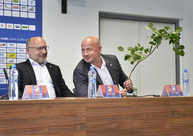 Majitel fotbalové Viktorie Plzeň Tomáš Paclík a generální ředitel Adolf Šádek na tiskové konferenci před zahájením prvoligové sezóny 2017/18.