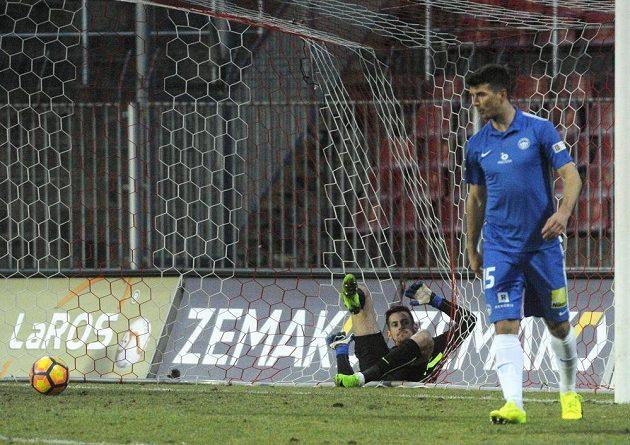 Brankář Liberce Martin Dúbravka inkasuje gól. Vpravo je liberecký obránce Ondřej Kúdela.