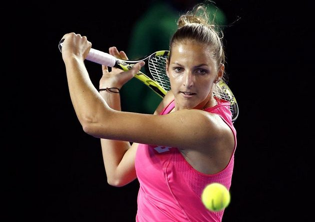 Kristýna Plíšková během utkání se Samanthou Stosurovou.