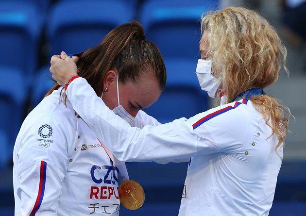 Česká tenistka Kateřina Siniaková navléká zlatou medaili spoluhráčce Barboře Krejčíkové po výhře volympijském finále.