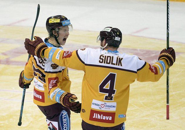 De La Rose z Jihlavy (vlevo) se raduje z gólu v brance Sparty se spoluhráčem Petrem Šidlíkem.