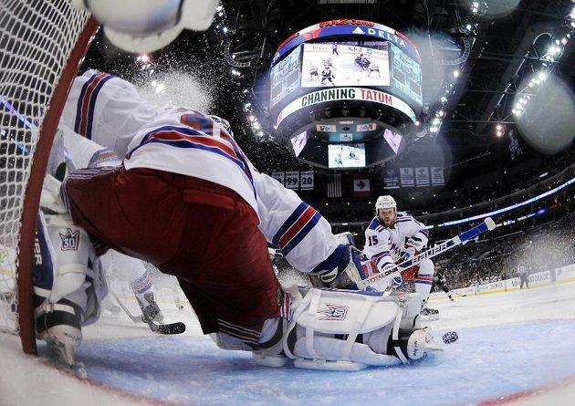 Švédská hvězda v bráně Rangers zasahuje proti Dereku Dorsettovi (není na snímku) z Los Angeles.