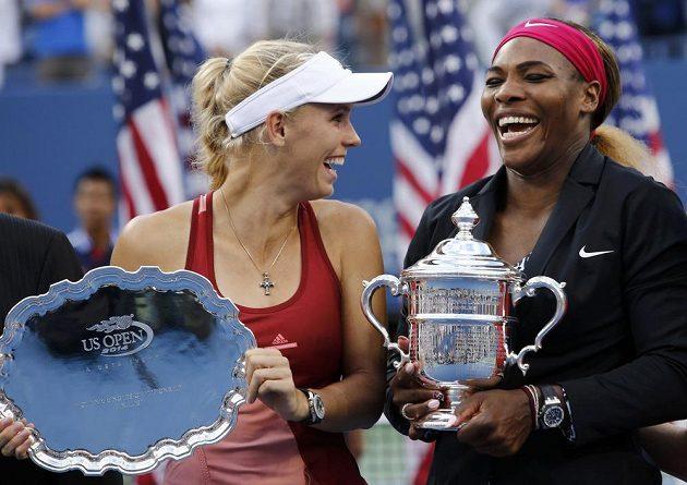 Serena Williamsová (vpravo) a Caroline Wozniacká se při předávání trofejí po finále US Open skvěle bavily.