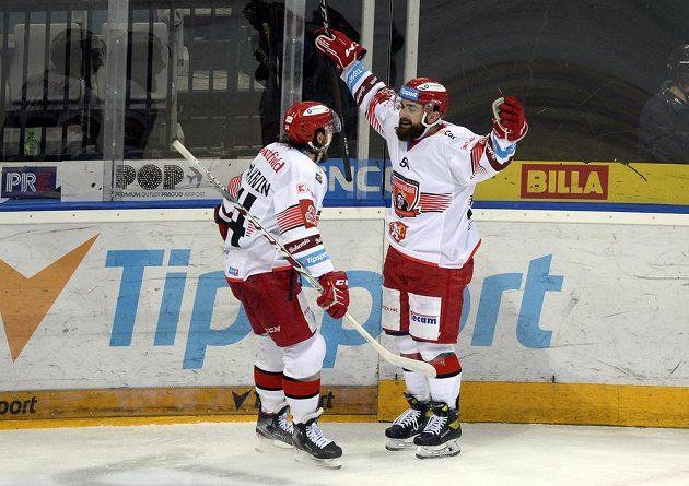 Marek Zachar z Hradce Králové (vpravo) se raduje z gólu.