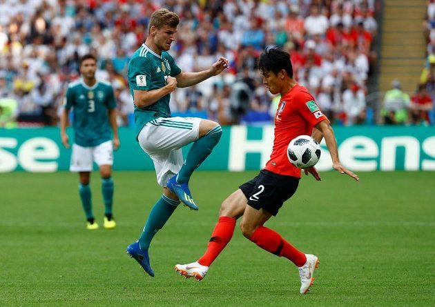 Německý reprezentant Timo Werner v souboji s Korejcem I Jongem během utkání mistrovství světa.