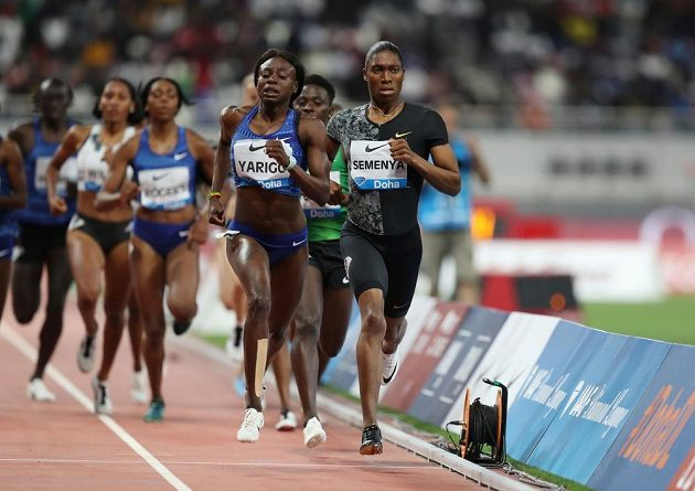 Dvojnásobná olympijská vítězka Caster Semenyaová na úvodním mítinku Diamantové ligy v Dauhá vyhrála poslední osmistovku před zavedením pravidla, které jí znemožní závodit na tratích do míle, pokud se nepodrobí léčbě na snížení hladiny mužských hormonů.