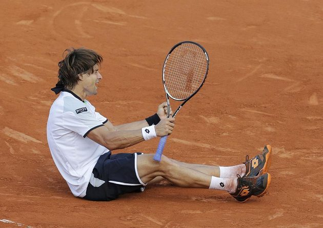 Španělský tenista David Ferrer se na Roland Garros raduje z postupu do finále.
