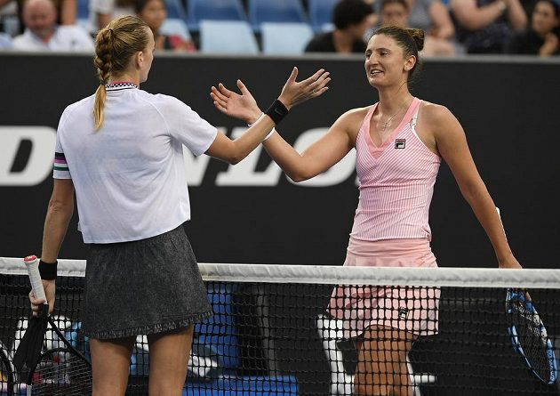 Česká tenistka Petra Kvitová (vlevo) přijímá gratulaci od rumunské tenistky Iriny Beguové na Australian Open.