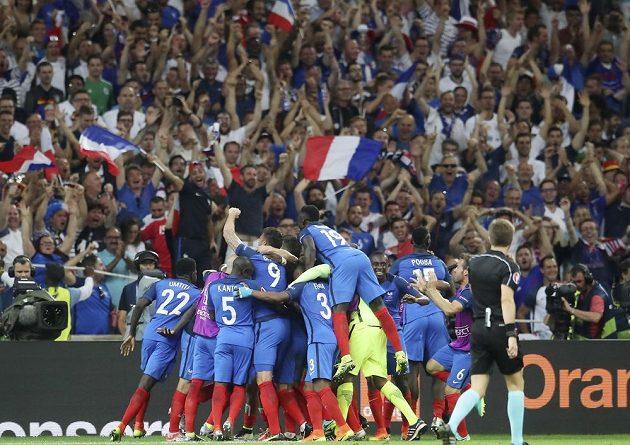 Fotbalisté Francie se společně se svými fanoušky radují z druhého gólu proti Německu.