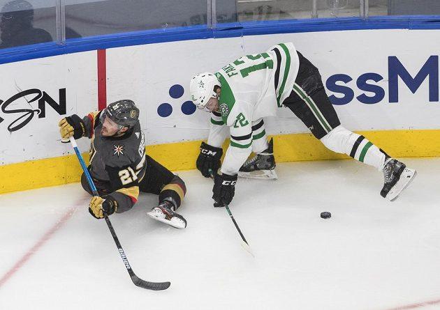 Hokejista Vegas Golden Knights Nick Cousins (21) byl atakován Radkem Faksou (12) z týmu Dallas Stars.