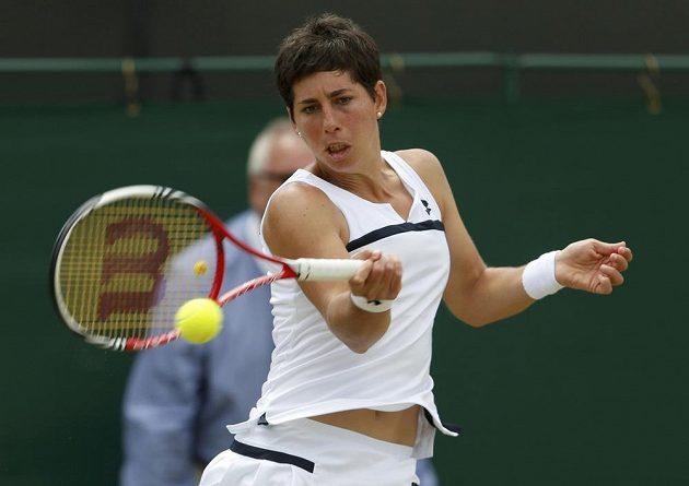 Carla Suárezová Navarrová během osmifinále Wimbledonu proti Petře Kvitové.