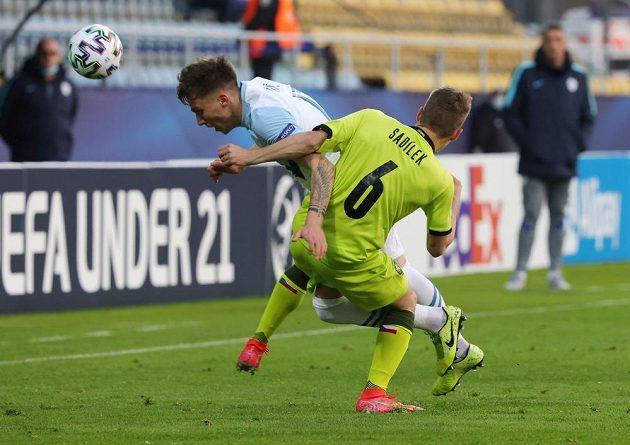 Český fotbalista Michal Sadílek v souboji se Slovincem Andražem Ziničem.