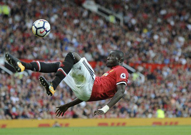 Fotbalista Manchesteru United Eric Bailly a jeho akrobatický kop během utkání Premier League proti Leicesteru.