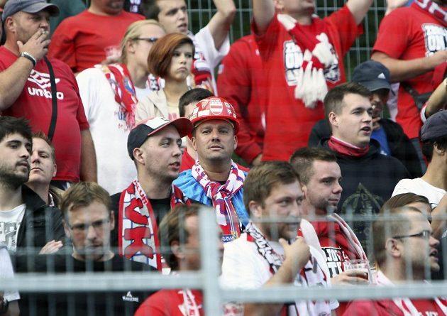 Bývalý hráč Brna Petr Švancara (s přilbou) v sekci pro fanoušky Zbrojovky.
