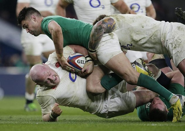 Dan Cole z Anglie brání míč před Conorem Murrayem z Irska.