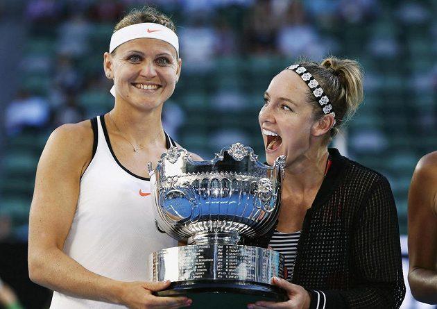 Lucie Šafářová (vlevo) a Bethanie Matteková-Sandsová s trofejí pro vítězky Australian Open.
