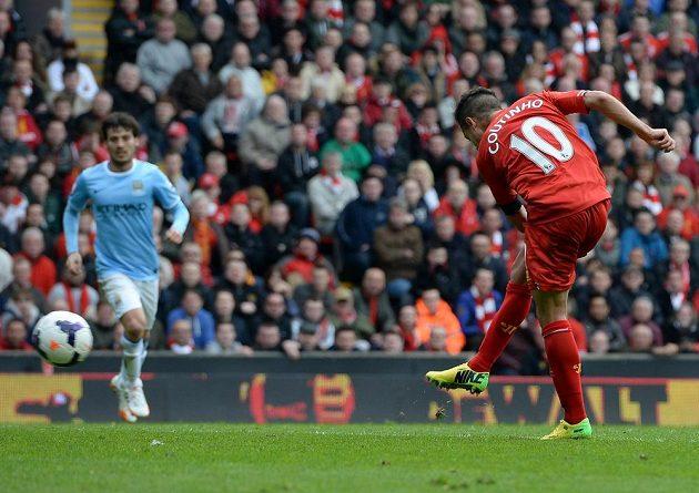Philippe Coutinho střílí vítězný gól Liverpoolu v utkání s Manchesterem City.