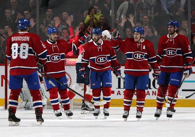 Hokejisté Montrealu se radují z branky. Druhý zleva je Tomáš Plekanec.