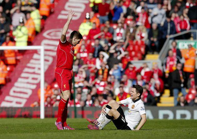 Liverpoolský Steven Gerrard šlápl na Andera Herreru - a po necelé minutě na hřišti musel ven!