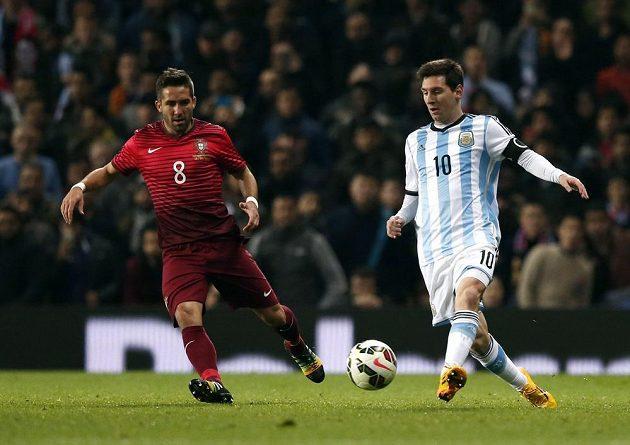 Argentinec Lionel Messi (vpravo) a Portugalec Joao Moutinho v přípravném zápase v Manchesteru.
