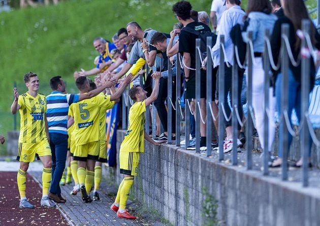 Fotbalisté Varnsdorfu zdraví fanoušky po vítězném zápase, vpředu zleva Josef Zezula a Lukáš Novák.