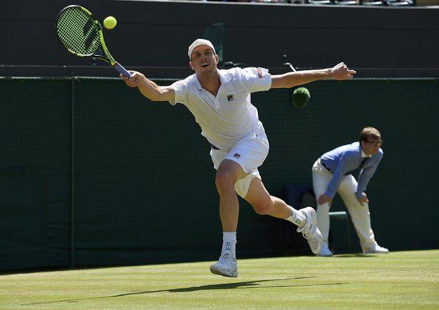 Americký tenista Sam Querrey vrací míček v zápase s Milosem Raonicem z Kanady.