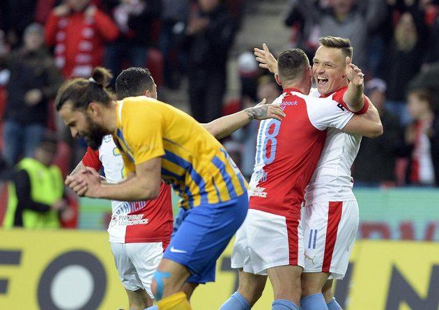 Stanislav Tecl ze Slavie (vpravo) se raduje z gólu