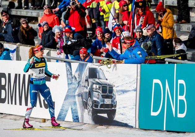 Šťastná Gabriela Koukalová po sprintu v Oslu, po němž si zajistila malý křišťálový glóbus.