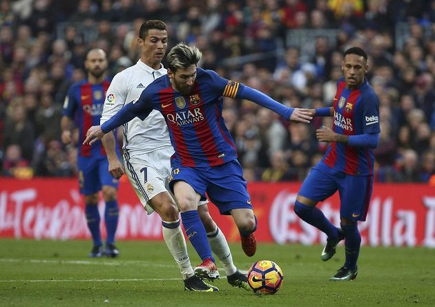 Cristiano Ronaldo v souboji s Lionelem Messim.