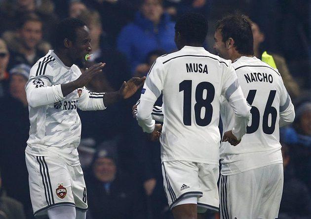 Seydou Doumbia z CSKA Moskva (vlevo) se raduje se spoluhráči Ahmedem Musou (uprostřed) a Bebrasem Natchem z branky proti Manchesteru City.